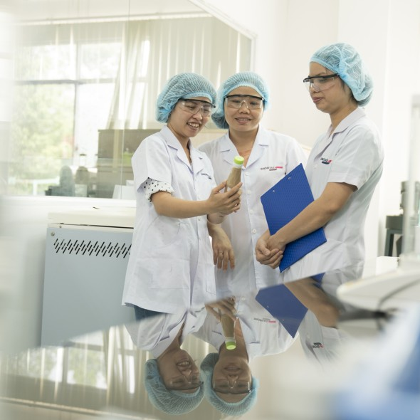Phuong Nguyen in a lab with colleagues